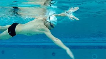 Nageur entrée main dans l'eau nager passion